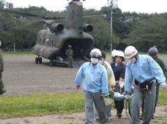 陸上自衛隊ヘリによる模擬重症患者搬送訓練風景
